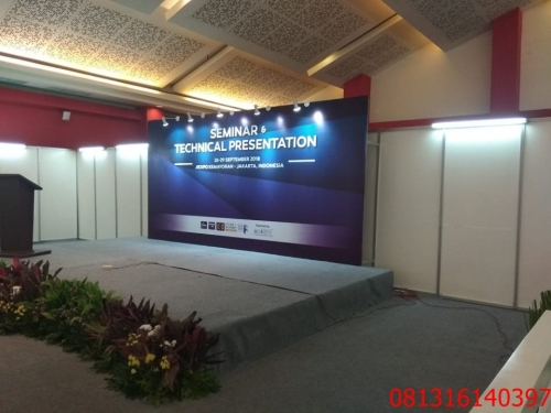 backdrop R8 partisi pameran
